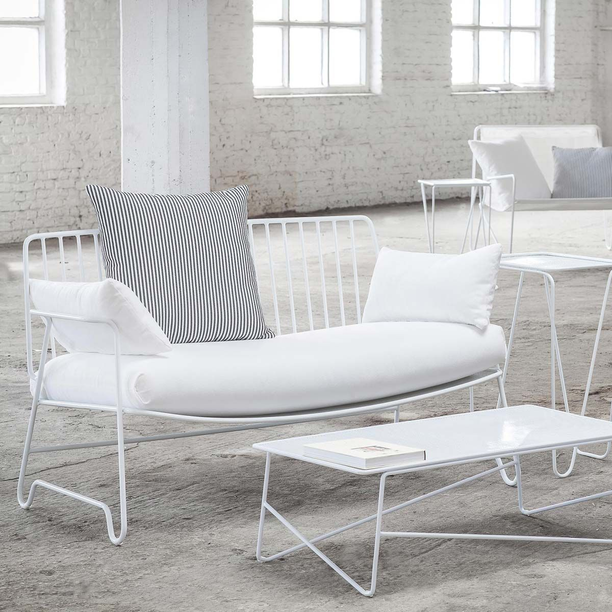 banc de jardin en aluminium blanc fish fish paola navone serax decoclico. Black Bedroom Furniture Sets. Home Design Ideas