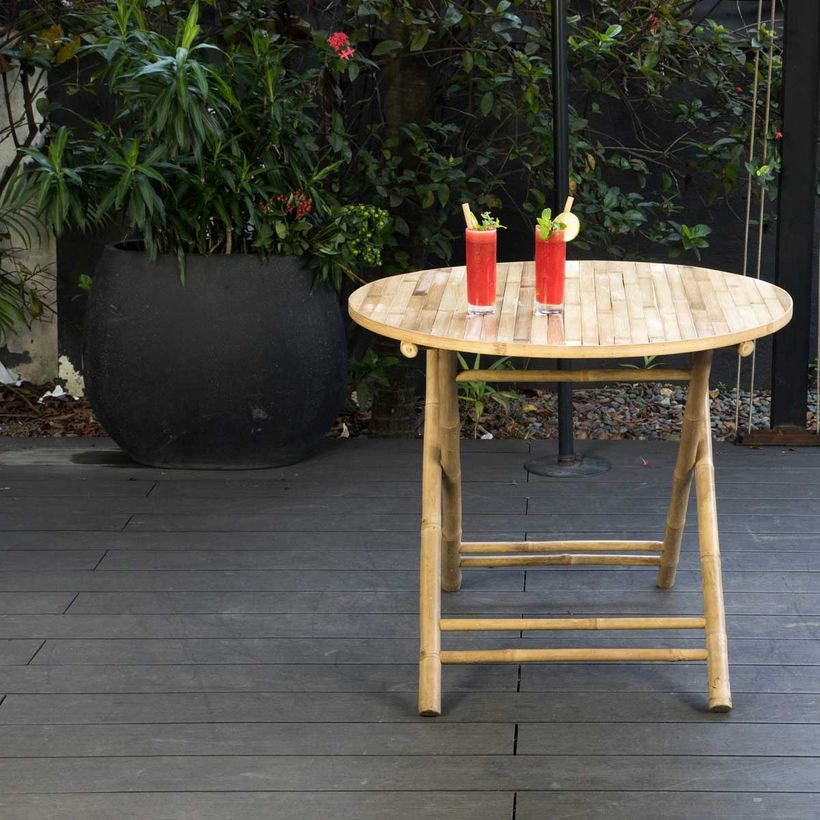 Table de jardin ronde pliante en bambou naturel Taman | DECOCLICO