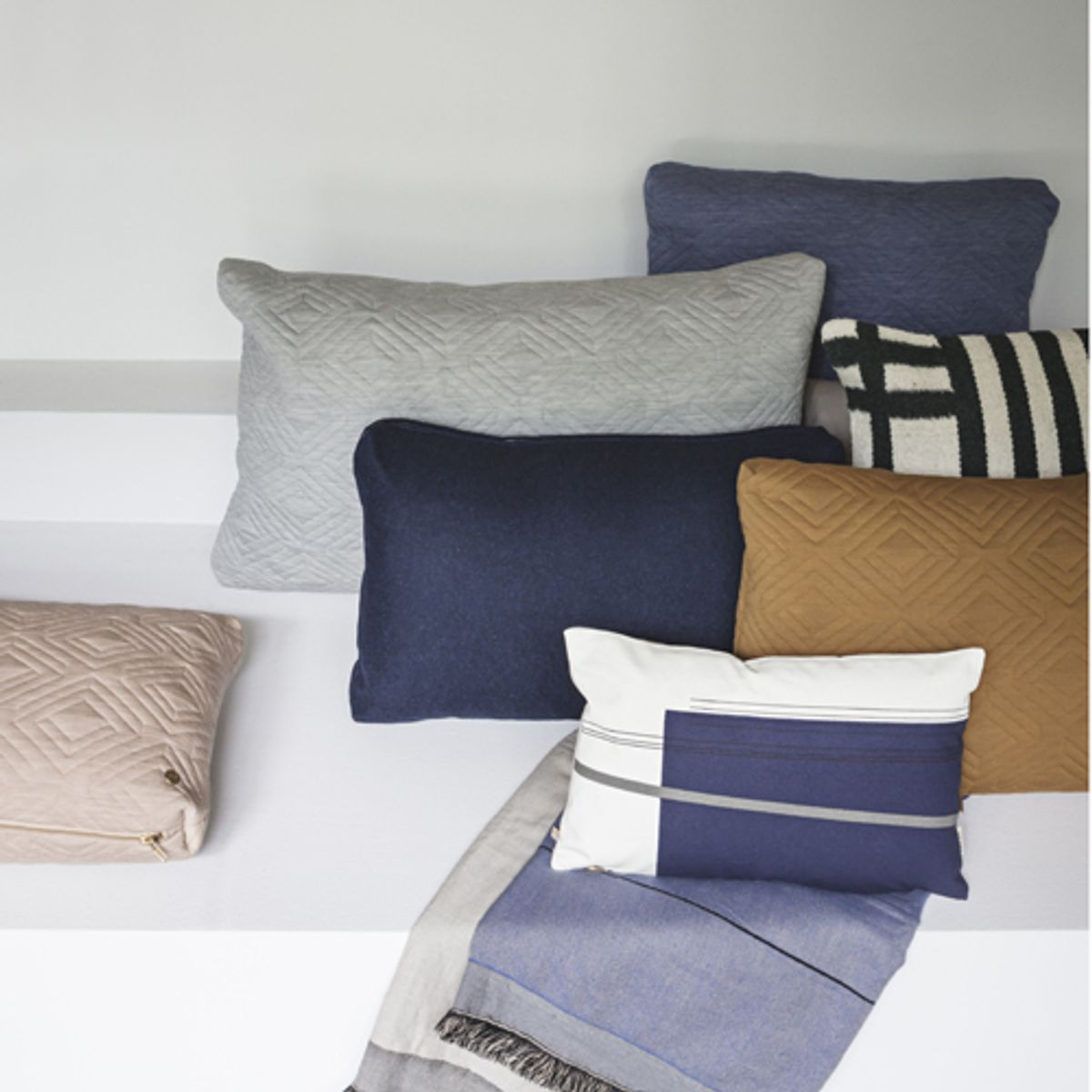 coussin en coton biologique motif bleu et gris ferm living decoclico. Black Bedroom Furniture Sets. Home Design Ideas