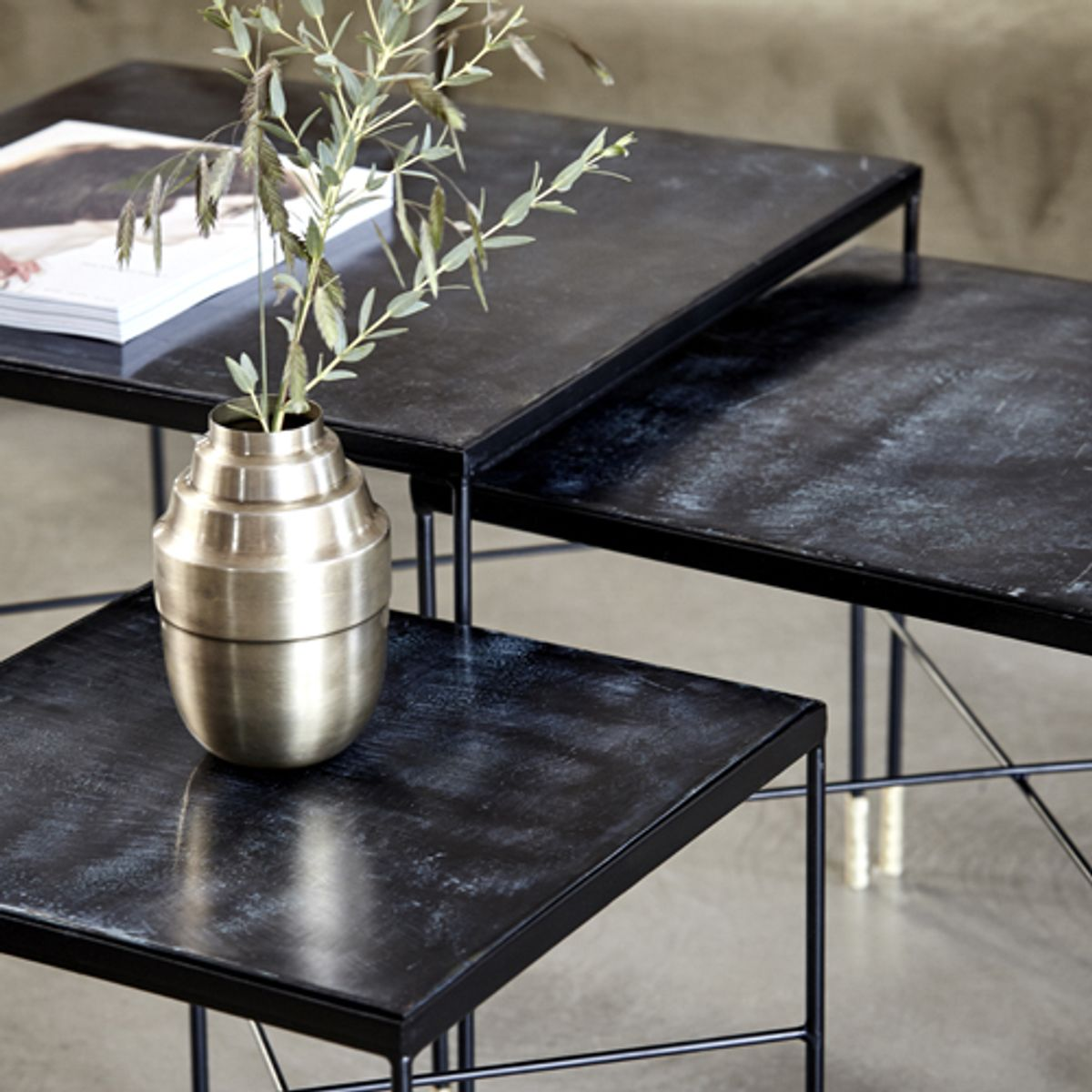 Table basse carr e en fer et mdf noir ox house doctor for Table basse en fer