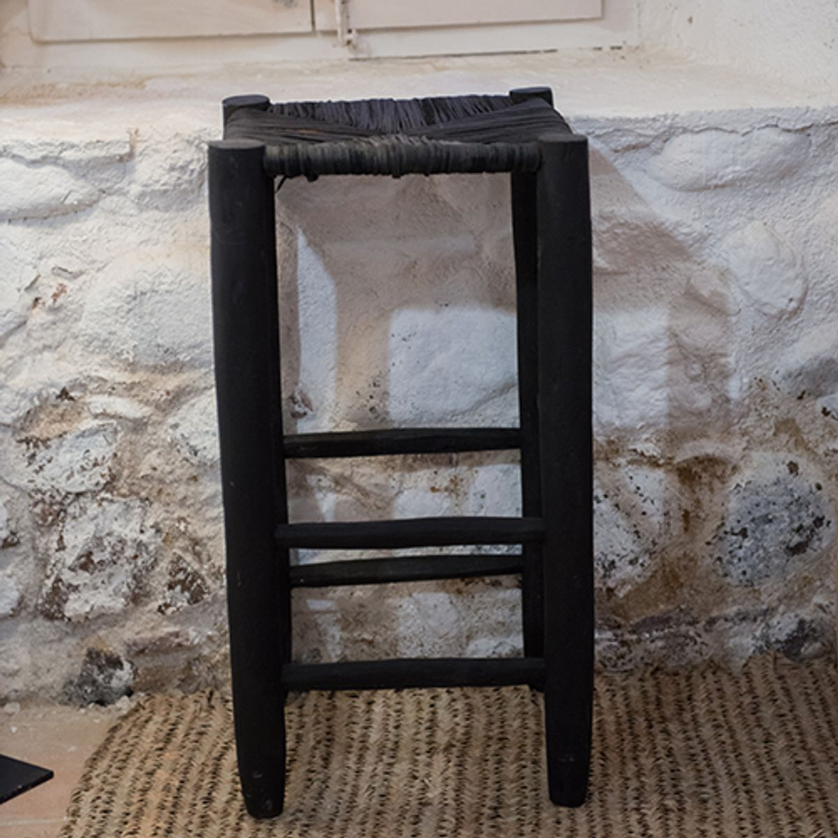 tabouret de bar en bois de peuplier brut et feuilles de palmier decoclico. Black Bedroom Furniture Sets. Home Design Ideas